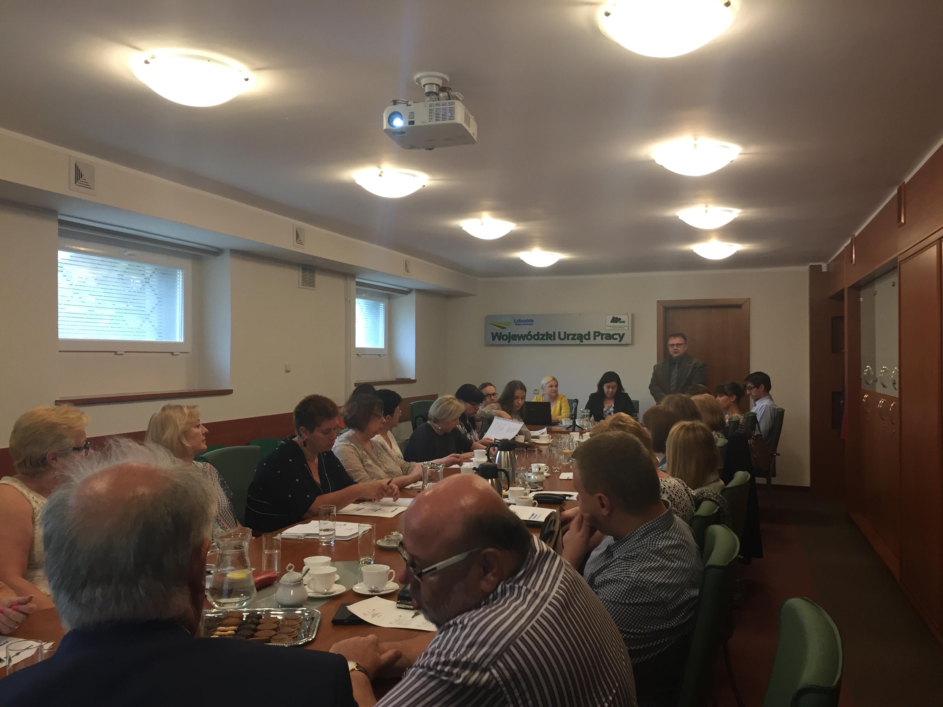 Dyrektor WUP w Zielonej Górze pan Waldemar Stępak przywitał wszystkich gości przybyłych na spotkanie oraz przedstawił tematykę zebrania.